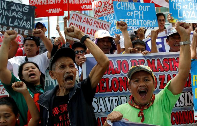 Demonstrators chant anti-China slogans during a rally over the South China Sea disputes by different activist groups, outside the Chinese Consulate in Makati City, Metro Manila, Philippines July 12, 2016. REUTERS/Erik De Castro